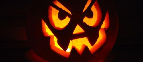 Jack-o-lanterns have become a Halloween tradition. Image via Carole Pasquier via Wikimedia Commons