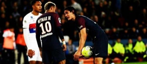 Neymar e Cavani brigaram em campo por um pênalti