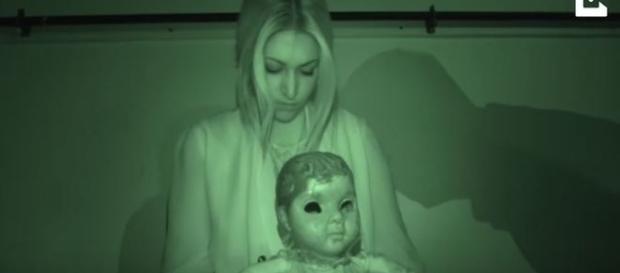 Mulher possuída por espirito de criança em velho teatro assombrado (Caters News Agency)