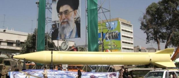 Rakete in den Straßen von Iran