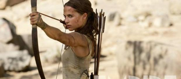Tomb Raider : Alicia Vikander brandit l'arc de Lara Croft sur une ... - allocine.fr