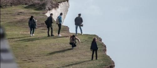 Mulher morreu ao cair de penhasco na Inglaterra (Crédito: Twitter/The Sun)