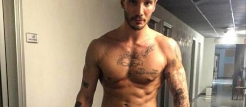 Stefano De Martino nudo sotto la doccia