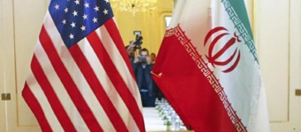 Hasteadas lado a lado; bandeiras dos EUA e Irã