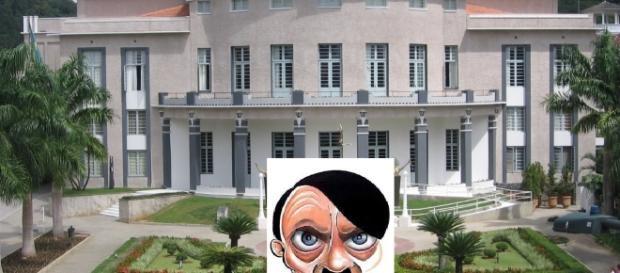 Teatro Carlos Gomes em Blumenau e caricatura de Hitler