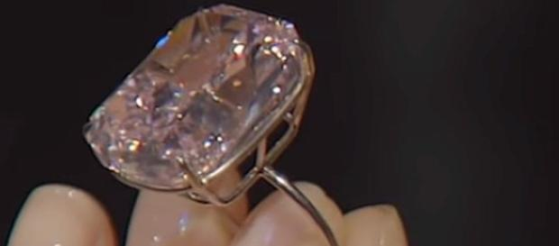 World's largest pink diamond could sell for $30 million [Image: Ruptly/YouTube screenshot]