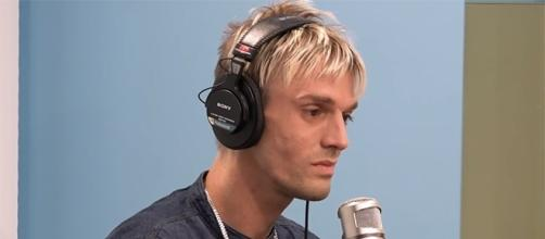 Aaron Carter is determined to finish his 90-day program in rehab. (Image via Elvis Duran Show/YouTube)