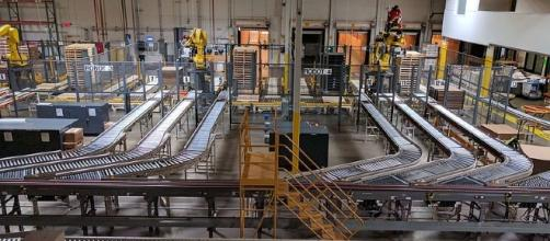 Conveyor belts at factory; [Image Credit: Grendelkhan/Wikimedia Commons]
