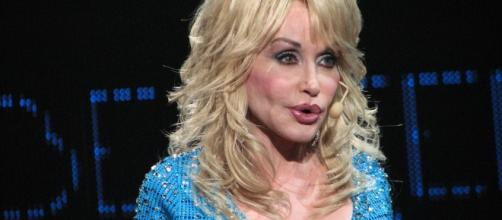 Dolly Parton performing onstage. [Image Credit: pipilongstockings/Flickr]