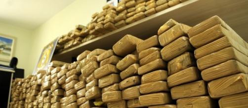 Mercados ilegais de drogas estão aliados aos mercados de armas vendidas ilegalmente