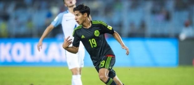 El mexicano Diego Lainez anotando un gol frente a Inglaterra