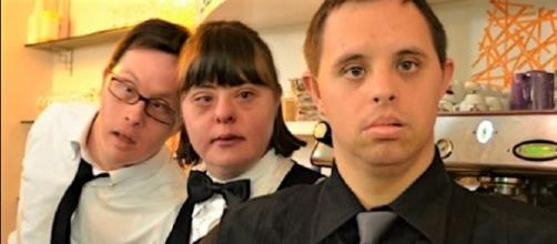 Cliente di un bar chiede di non essere servito da un cameriere con la sindrome di Down