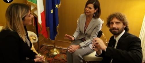 Laura Boldrini durante l'incontro con Federica Brocchetti e Filippo Roma de Le Iene