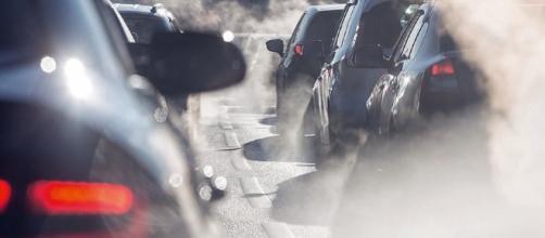 Milano, scatta il blocco traffico per ridurre lo smog.