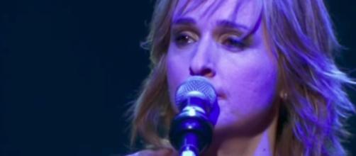The singer says she uses marijuana to treat pain from cancer. [Image via MelissaEtheridgeVEVO/YouTube screencap]