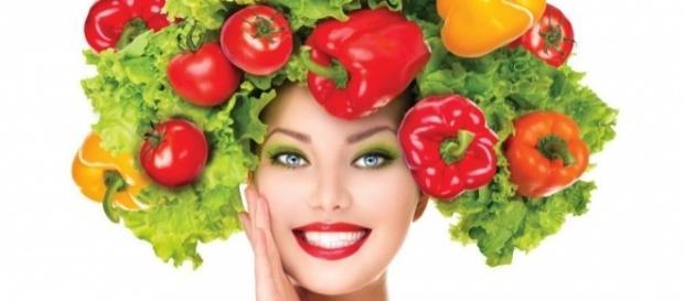 O espinafre e a cenoura são alguns dos alimentos que favorecem a saúde dos cabelos