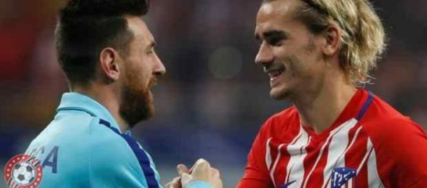 Leo Messi y Griezmann se saludan durante un encuentro