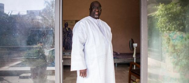 Papa Massata Diack em sua casa em Dakar (Imagem divulgada pelo New York Times)