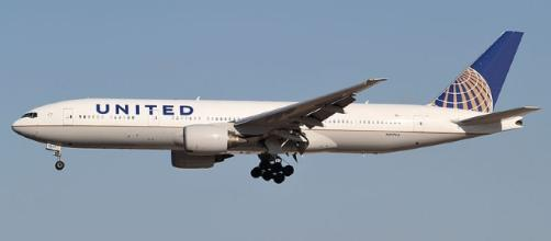 A United Airlines Boeing 777 in mid-flight.[image credit;Kentaro Lemoto/commons wikimedia]