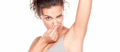 As pessoas que sofrem com o mau cheiro das axilas podem ter problemas de saúde