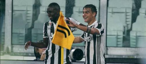 Blaise Matuidi, 30 anni, esulta dopo un gol con Paulo Dybala, 24 anni