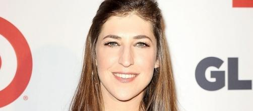 Mayim Bialik clarifies Harvey Weinstein editorial after backlash. (Image Credit: Wecouldbelongtogether/Wikimedia Commons)