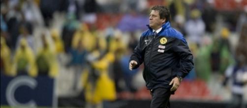 Miguel Herrera dirigiendo un partido con el Club América