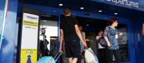 Partenze in aeroporto. Foto Agensir