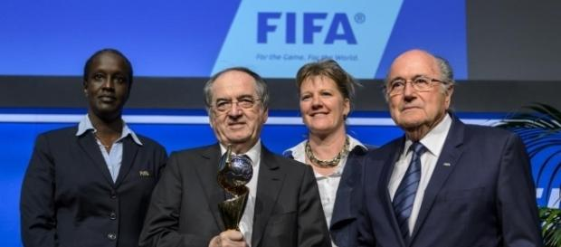 Noël Le Graet, Brigitte Henriques et Sepp Blatter lors de l'attribution à la France de la Coupe du monde féminine en 2019. © FABRICE COFFRINI/AFP