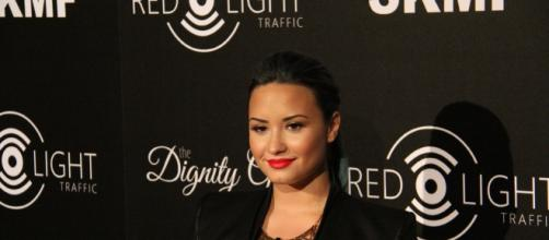 Demi Lovato poses on the red carpet. [Image Credit: Neon Tommy/Flickr]