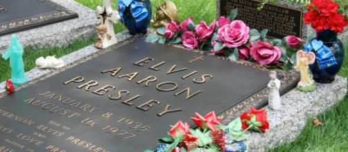 Elvis Presley grave, name mistake. [Photo Credit:Attribution by Pastor Sam/Wikimedia Commons]