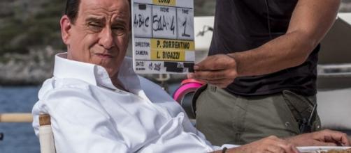 Toni Servillo nella foto in cui è travestito da Silvio Berlusconi