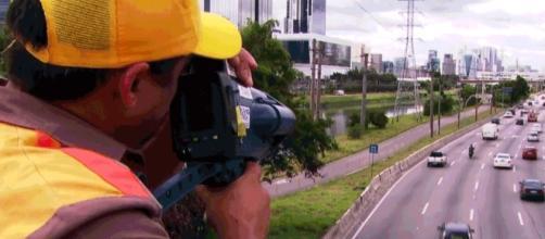 Marronzinho com radar pistola multa veículos em alta velocidade na Marginal Pinheiros (Foto: TV Globo)