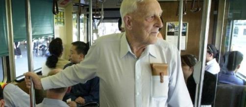 Segundo pesquisadores, ficar em pé no transporte público é um bom exercício para os idosos