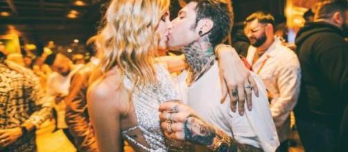 Uno scatto romantico di Fedez e Chiara durante il compleanno del rapper