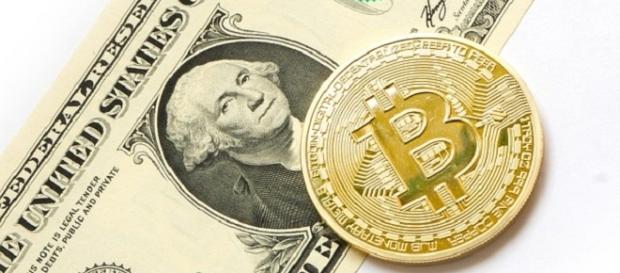 Bitcoin and the US dollar [Image Credits: tombark / Pixabay]