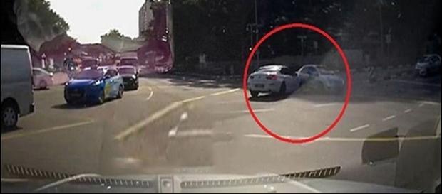 Carro aparece de repente em cruzamento da Singapura. Veja o vídeo (Divulgação)