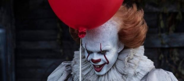Pennywise, il clown ballerino con in mano un palloncino rosso (fonte Facebook )