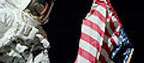 Apollo astronaut on the moon (Image via NASA)