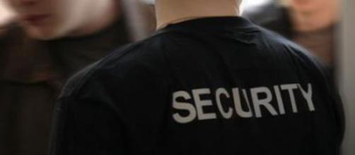 Buttafuori, o meglio, security.