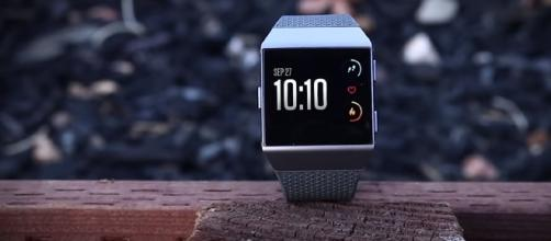 Fitbit Ionic - YouTube/RIZKNOWS Channel