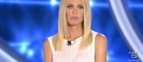 Ilary Blasi: GF Vip, il look total white contro la bufera Russo ... - velvetstyle.it
