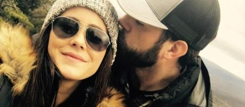 Jenelle Evans shows off her engagement ring. [Image via Instagram]
