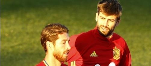 Risas y buen rollo entre Piqué y Ramos - mundodeportivo.com