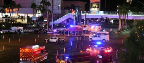 Un uomo ha aperto il fuoco a Las Vegas: http://www.ilpost.it/2017/10/02/sparatoria-las-vegas/attacco-las-vegas-16/