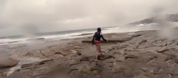 A reação dele foi enorme. O vídeo mostra um rapaz e sua namorada indo à praia em Sydney, na Austrália.