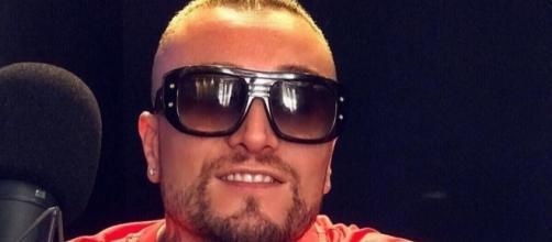 Guè Pequeno ha un messaggio per le nuove leve del rap italiano.