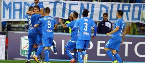 I giocatori dell'Empoli esultano dopo un gol.