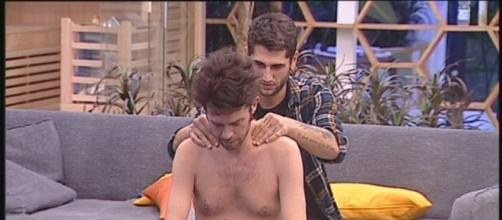 Jeremias massaggia Raffaello Tonon: tra i due si è creato un bel feeling