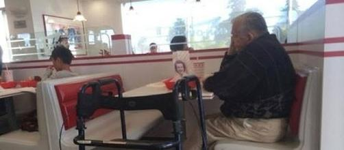 Man eats with photo of deceased wife in public restaurant [Image Credit: nollyvines/YouTube screenshot]